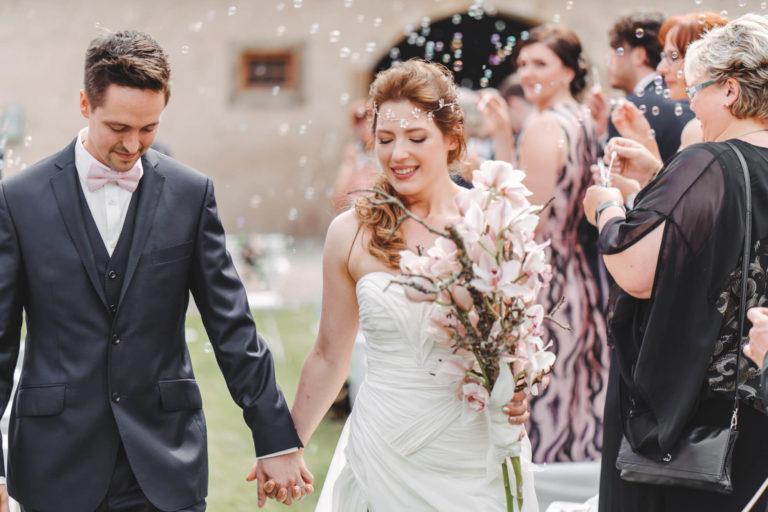 Braut und Bräutigam in maßgeschneiderter Damenbekleidung und Herrenmode