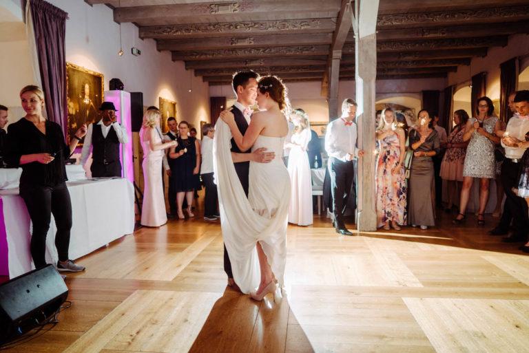 Brautpaar mit Herrenanzug und Brautkleid von Natalie Poehl