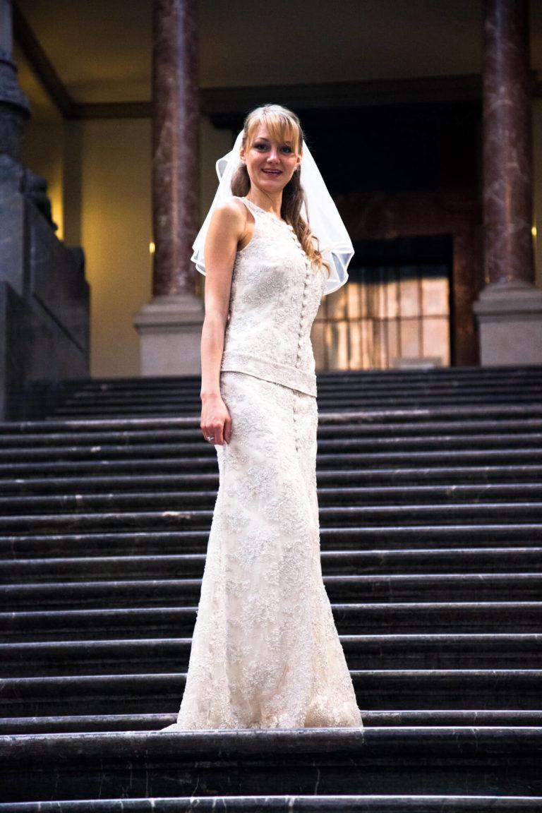 Dame im maßgeschneiderten Brautkleid mit Brautschleier