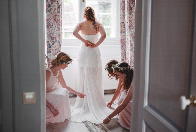 Braut und Blumenmädchen in Hochzeitsmode aus dem Wunstorfer Atelier