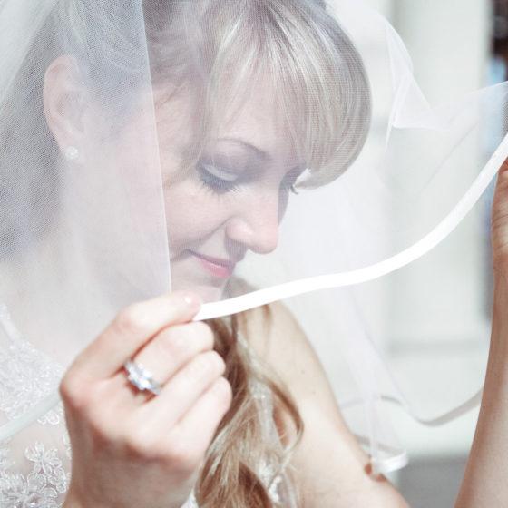 Portraitbild einer Braut in weißem Kleid mit Brautschleier in einem Kleid aus Wunstorf