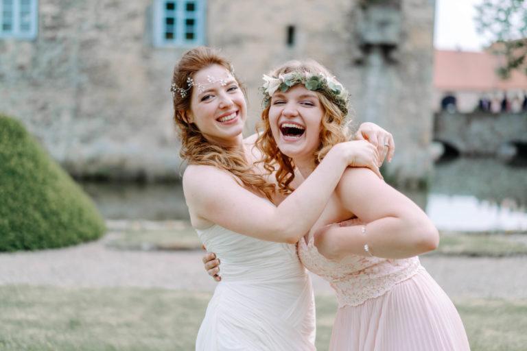 Zwei Damen in Hochzeitskleidern aus dem Wunstorfer Maßschneideratelier