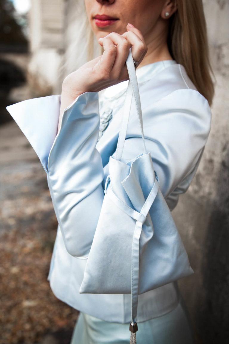 Dame in modischer Kleidung mit passender Handtasche aus dem Wunstorfer Atelier