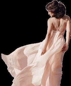 Junge Frau in einem maßgeschneiderten wehenden weißen Kleid