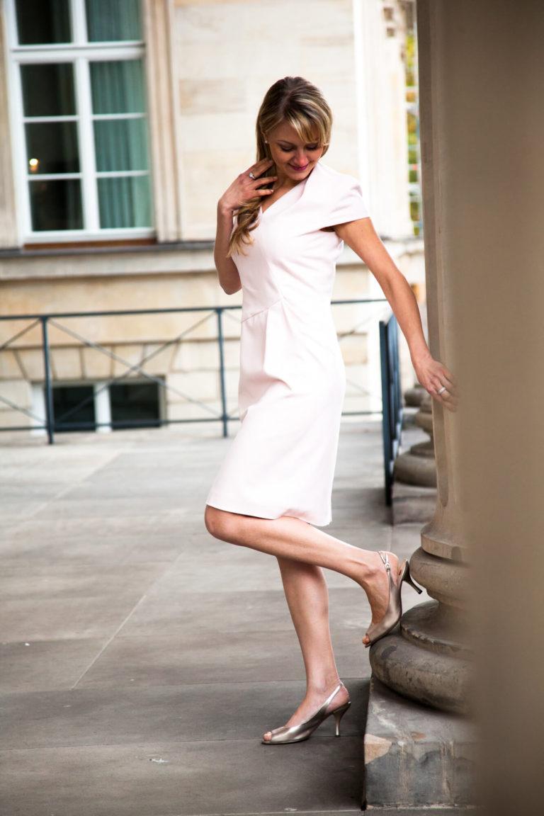 Dame in einem weißen Kleid aus dem Wunstorfer Maßschneideratellier