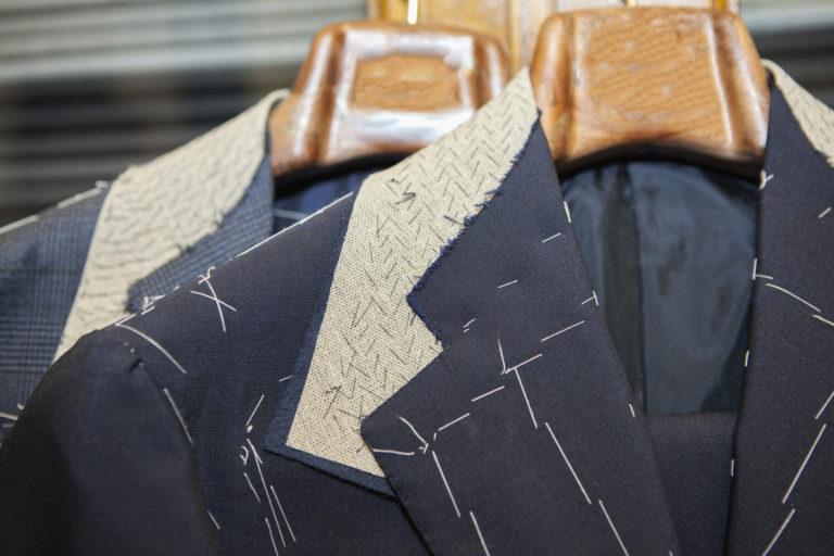 Maßgeschneiderte Herrensakkos auf Kleiderbügeln im Wunstorfer Atelier