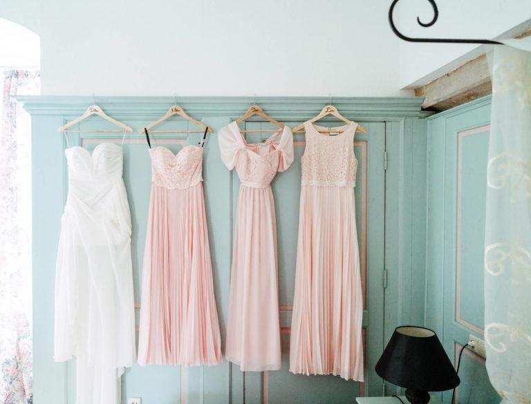 Maßgeschneiderte Kleider hängen im Wunstorfer Atelier
